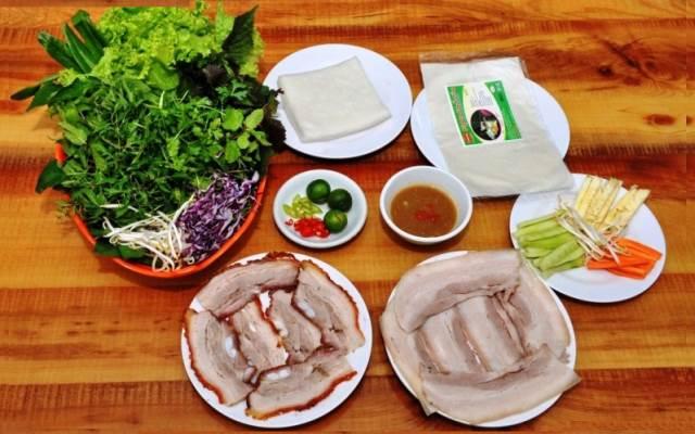 Trưa thanh đạm cho cả gia đình với món bánh tráng cuốn thịt heo.